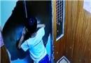 熊孩子强扒电梯门